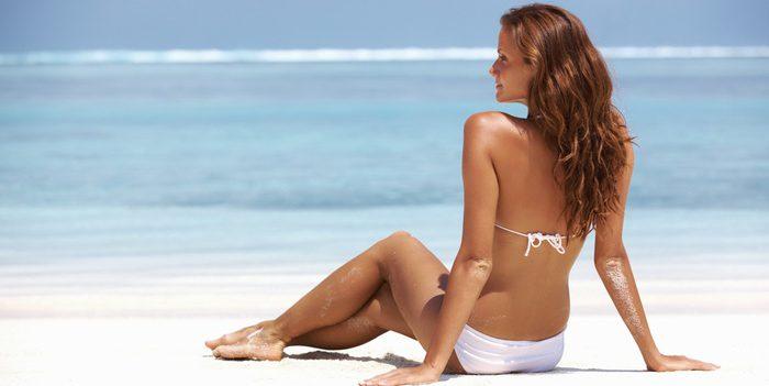 Snel bruin worden - gebruinde vrouw in bikini